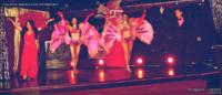 Tableau plumes avec Thibaut Accart, Louna et les danseuses de music-hall & dance company